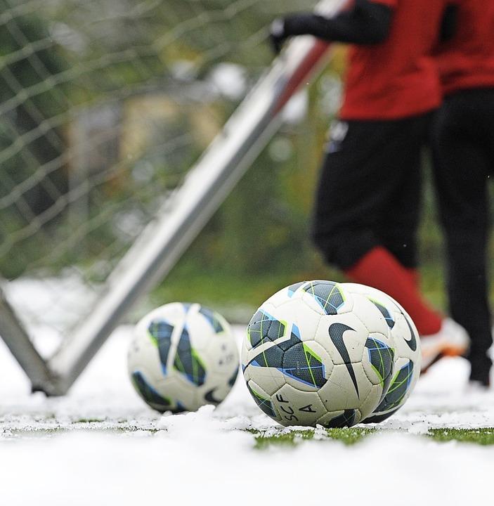 Schnee ist der natürliche Feind des Fu...l in der Bezirksliga der Ball rollen.   | Foto: patrick seeger
