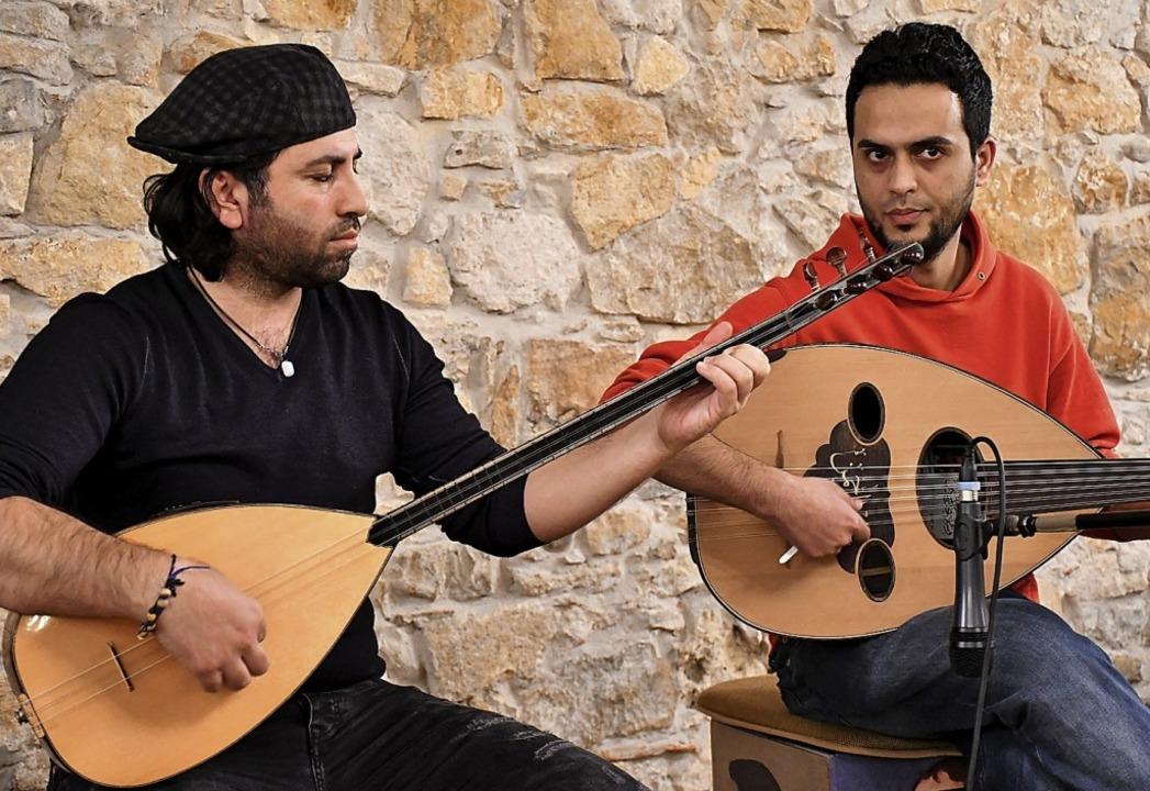 Samano Althir an der Saz und Abdelrahm... die Gruppe Simha  israelische Tänze.   | Foto: Barbara Ruda