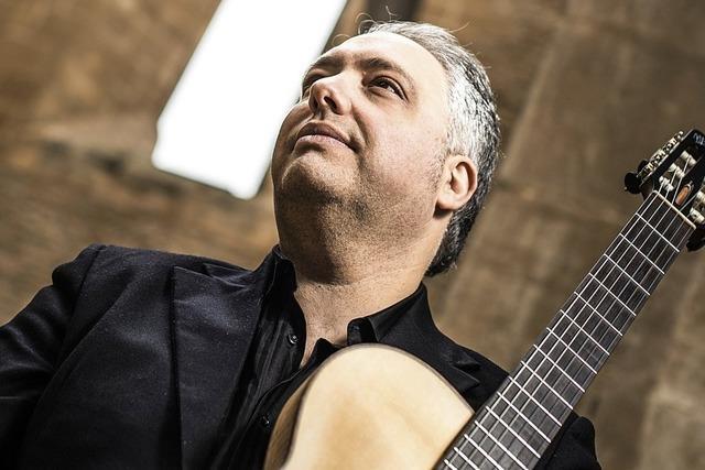 Gitarrist Francesco Buzzurro gibt im Bürgersaal des alten Schlosses in Wehr ein Konzert.