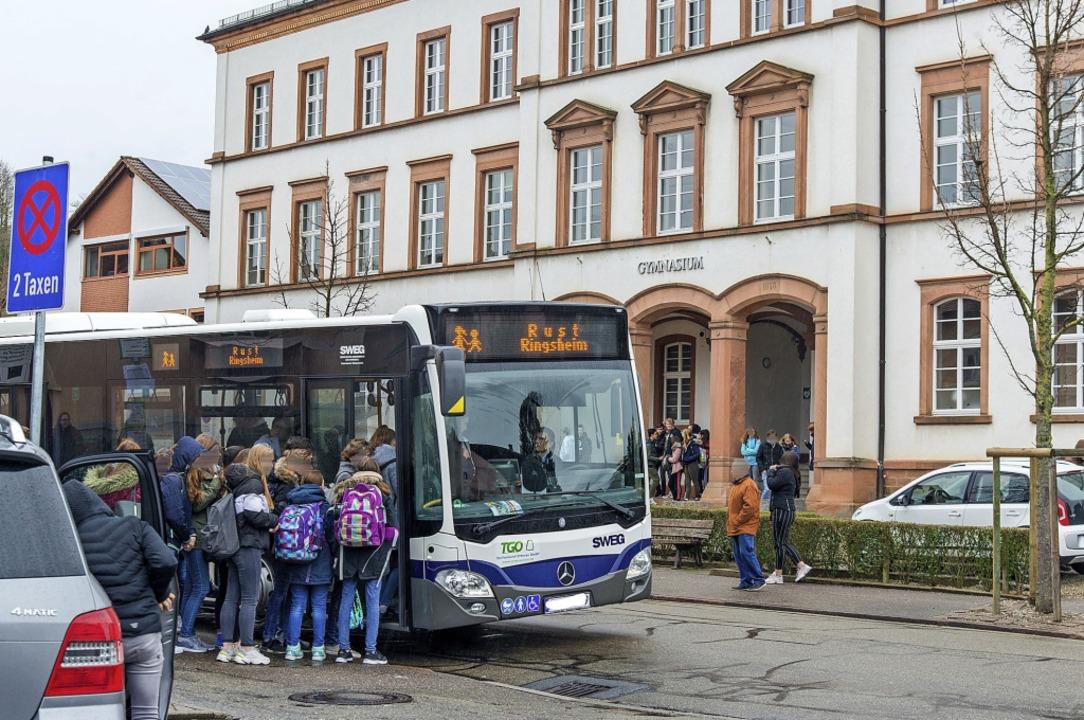 Die Bushalte vor dem Städtischen Gymna...n umgestaltet und barrierefrei werden.  | Foto: Olaf Michel