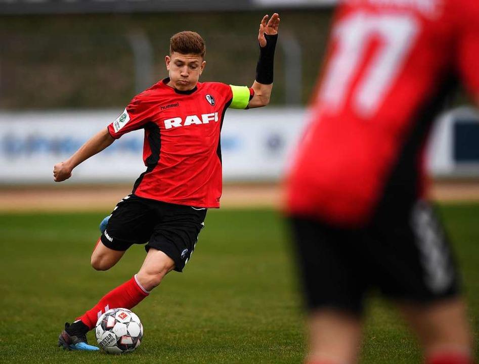 Kapitän Philipp Treu ist im Halbfinale...wieder für die Freiburger U19 am Ball.    Foto: Patrick Seeger