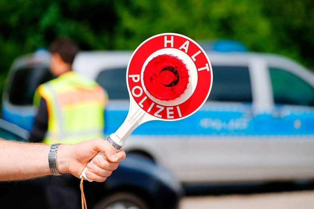 Die Polizei bei einer Verkehrskontroll...en und Fahrer beanstandet. Symbolbild.  | Foto: Sebastian Willnow
