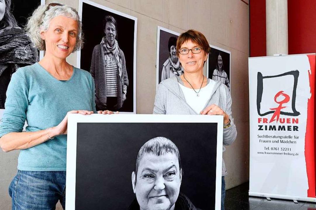 Fotografin Margrit Müller (links) und ...ogin Bärbel Köhler in der Ausstellung.  | Foto: Thomas Kunz
