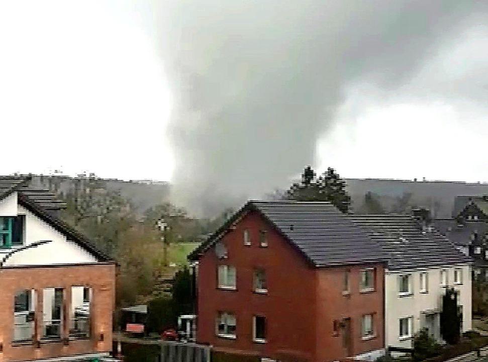 Ein Screenshot eines Handyvideos, das ein Zeuge filmte, zeigt den Tornado.     Foto: dpa