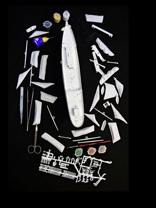 Mit Schere, Kleber und Farbe: Als Mode...s Verteidigungsministeriums geworden.   | Foto: dpa