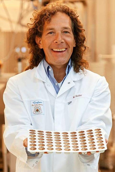 Michael Keller mit frisch produziertem Goufrais-Kakaokonfekt  | Foto: Jürgen Weisheitinger