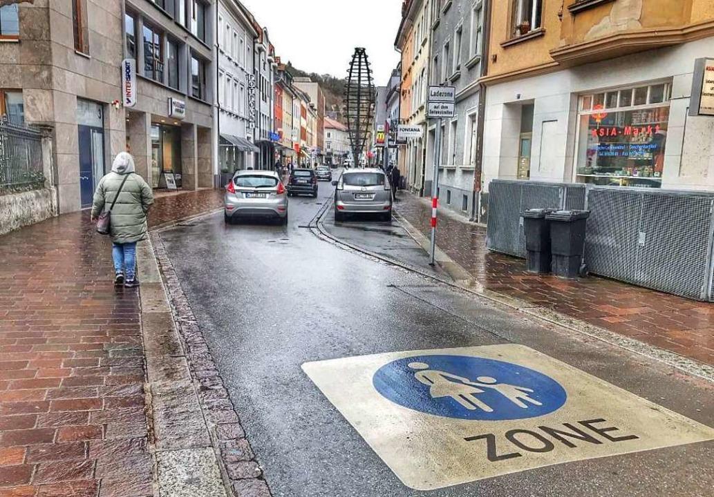 In der Grabenstraße sind noch immer sehr viele Fahrzeuge unterwegs.  | Foto: Barbara Ruda