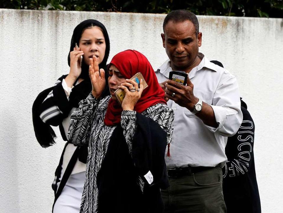 Menschen warten vor einer Moschee.    Foto: dpa