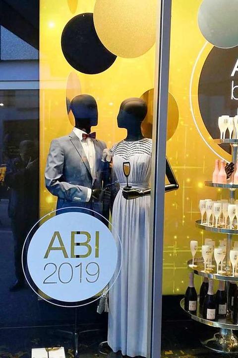 Die Kauf- und Modehäuser werben für el...stbekleidung zum Besuch des Abi-Balls.  | Foto: Markus Donner
