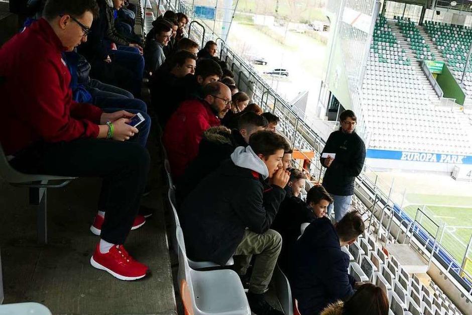 Vor der Pressekonferenz wurden die Zischup-Klassen noch durchs Stadion geführt. SC-Pressesprecher Sascha Glunk erklärt die Besonderheiten des Stadions. (Foto: Stephanie Streif)
