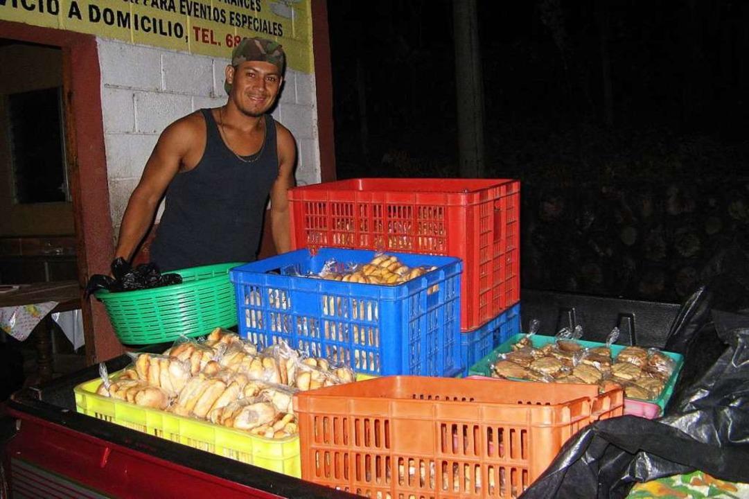 Für junge Männer gibt es Arbeit bei der Auslieferung der Backwaren.  | Foto: privat