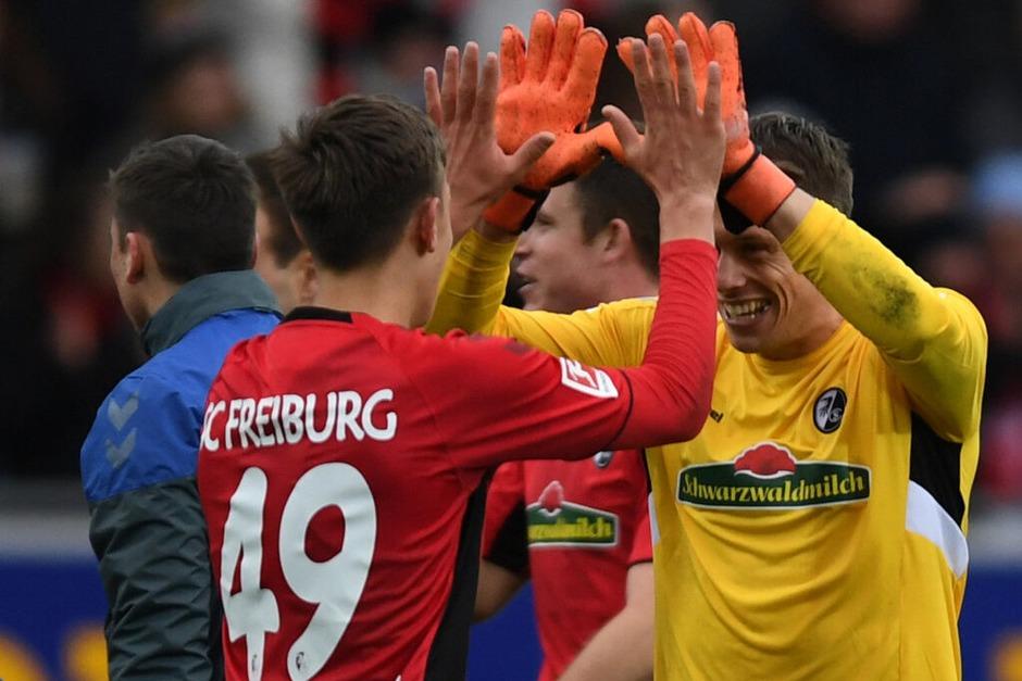 2:1 gewinnt der SC Freiburg am 25. Spieltag der Bundesliga gegen die Berliner, auch weil Debütant Nico Schlotterbeck (l.) entscheidend am Freiburger Siegtreffer mitwirkt. (Foto: dpa)
