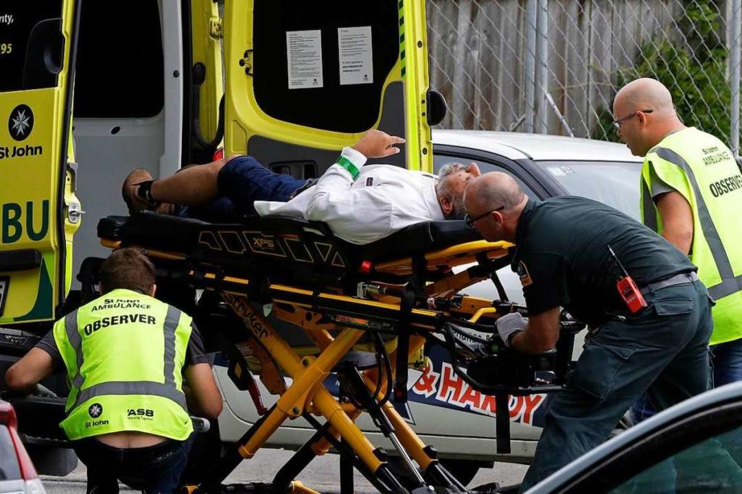 Nach den Anschlägen wird ein Verletzter versorgt.  | Foto: dpa