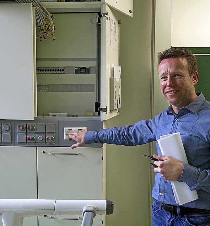 Achim Strübin vor dem Schaltkasten im Chemieraum  | Foto: Georg Voß