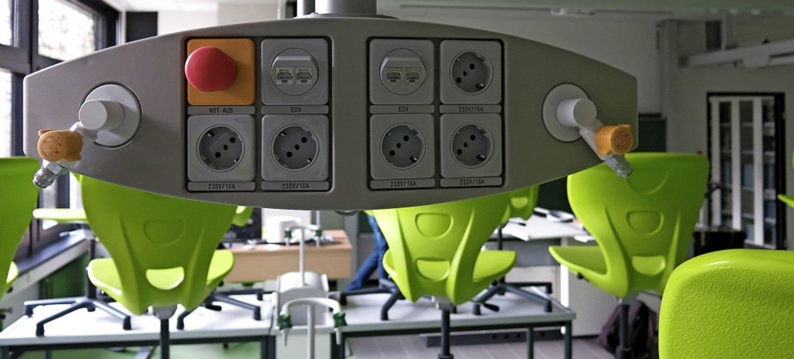 Mediensäule für Gas, Strom und EDV für den Chemieunterricht  | Foto: Georg Voß