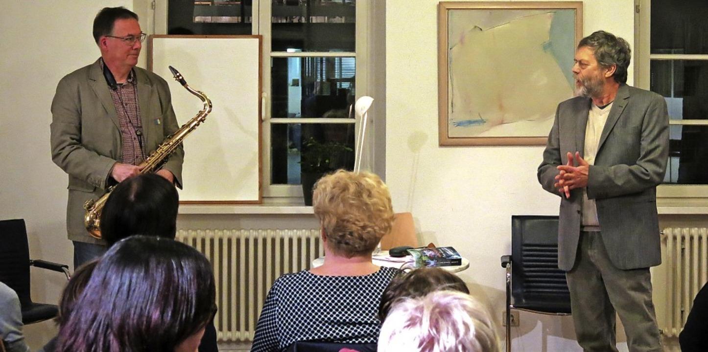 Der Musiker Rainer Wahl und der Autor Thomas Erle bei der Premierenlesung  | Foto: Georg Voß