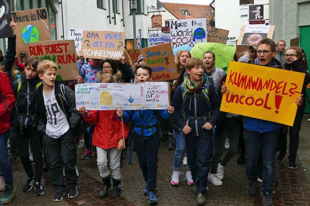 Die Bad Säckinger Schüler laufen durch die Innenstadt.  | Foto: Tamara Keller