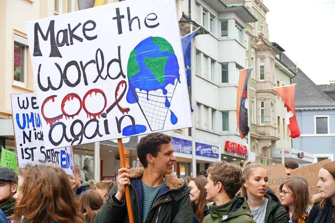 Bürgermeister Alexander Guhl lobte die kreativen Plakate.  | Foto: Tamara Keller