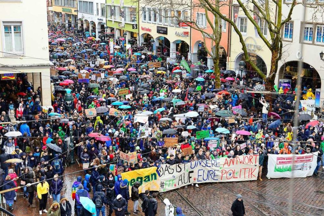 Mehr als 5000 Menschen zogen bei Frida...uture durch die Freiburger Innenstadt.  | Foto: Ingo Schneider
