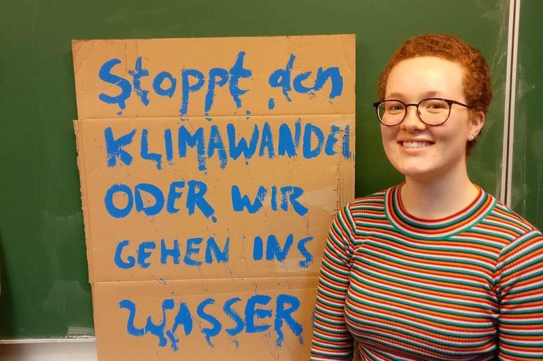 Caroline Diener in der Waldorfschule St. Georgen beim Plakate schreiben.  | Foto: Daniel Bachmann