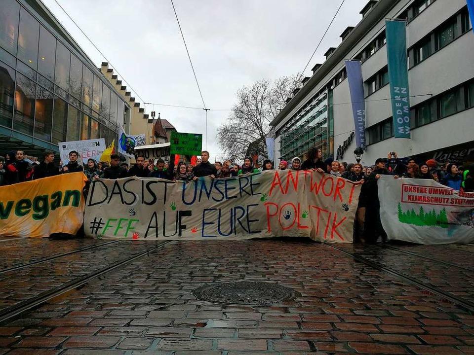 Der Streikzug ist in der Kaiser-Joseph-Straße angekommen.  | Foto: Anika Maldacker