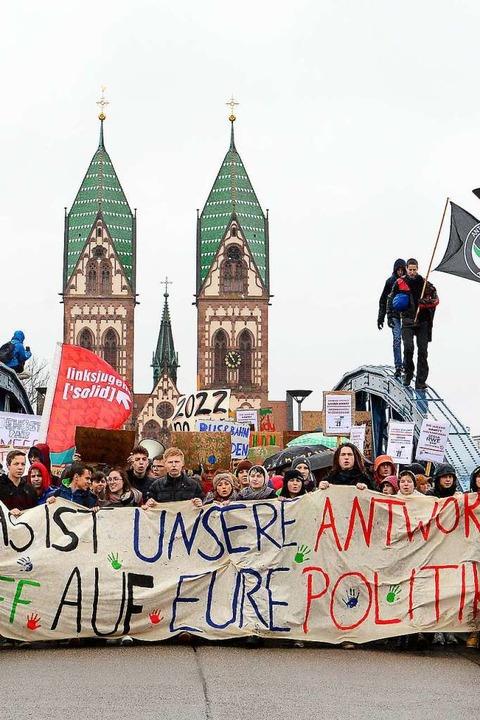 Die Fridays-for-Future-Jugendlichen zogen über die Wiwilí-Brücke.  | Foto: Ingo Schneider
