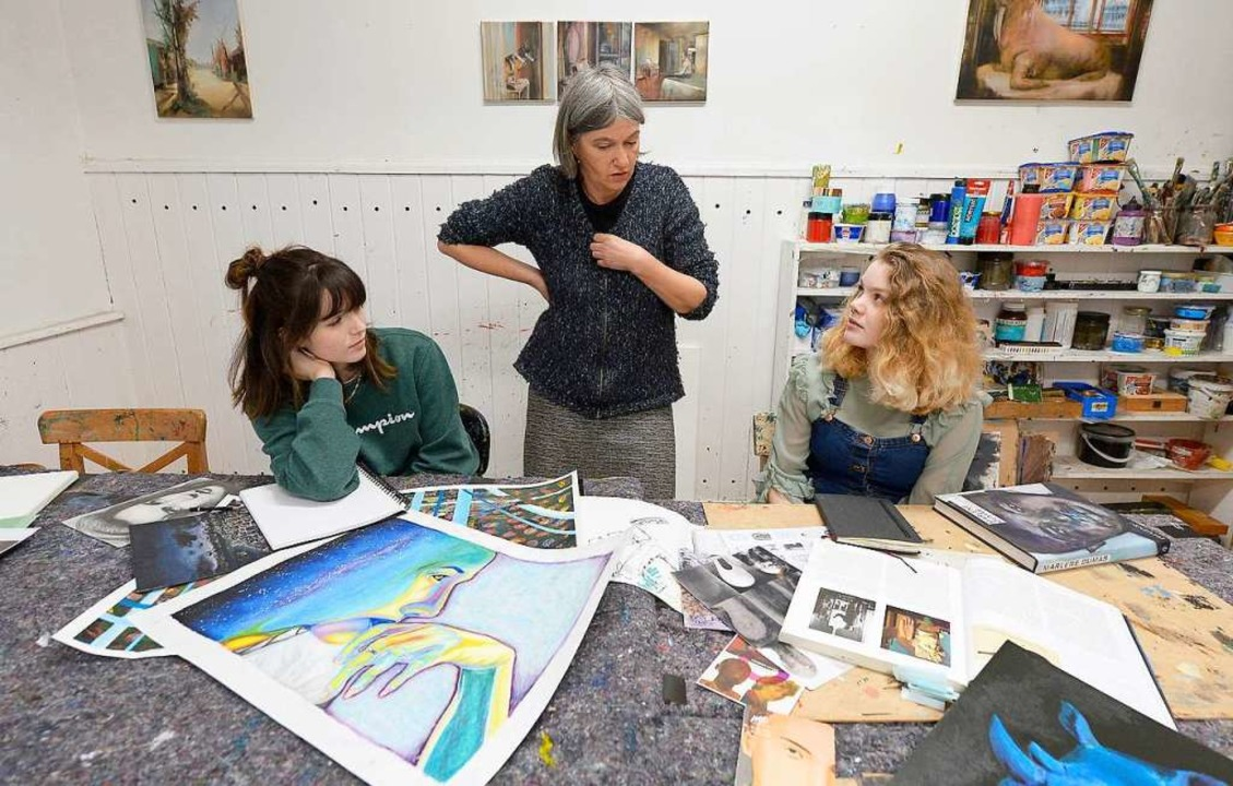 Die Malerin Hilde Bauer (Mitte) gibt E...inks)  und Emma Quinn wertvolle Tipps.  | Foto: Ingo Schneider