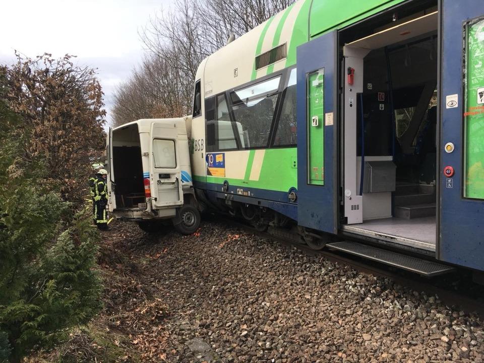 Nach einem Zusammenstoß eines Transpor...isgau-S-Bahn ist der Fahrer gestorben.  | Foto: Feuerwehr Waldkirch