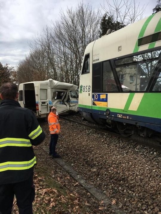 Nach einem Zusammenstoß eines Transpor...isgau-S-Bahn ist der Fahrer gestorben.  | Foto: Freiwillige Feuerwehr Waldkirch