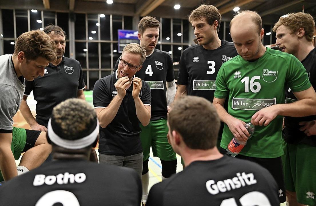 Akribisch und engagiert: Trainer Jakob Schönhagen im Kreise seiner Spieler.   | Foto:  SEEGER