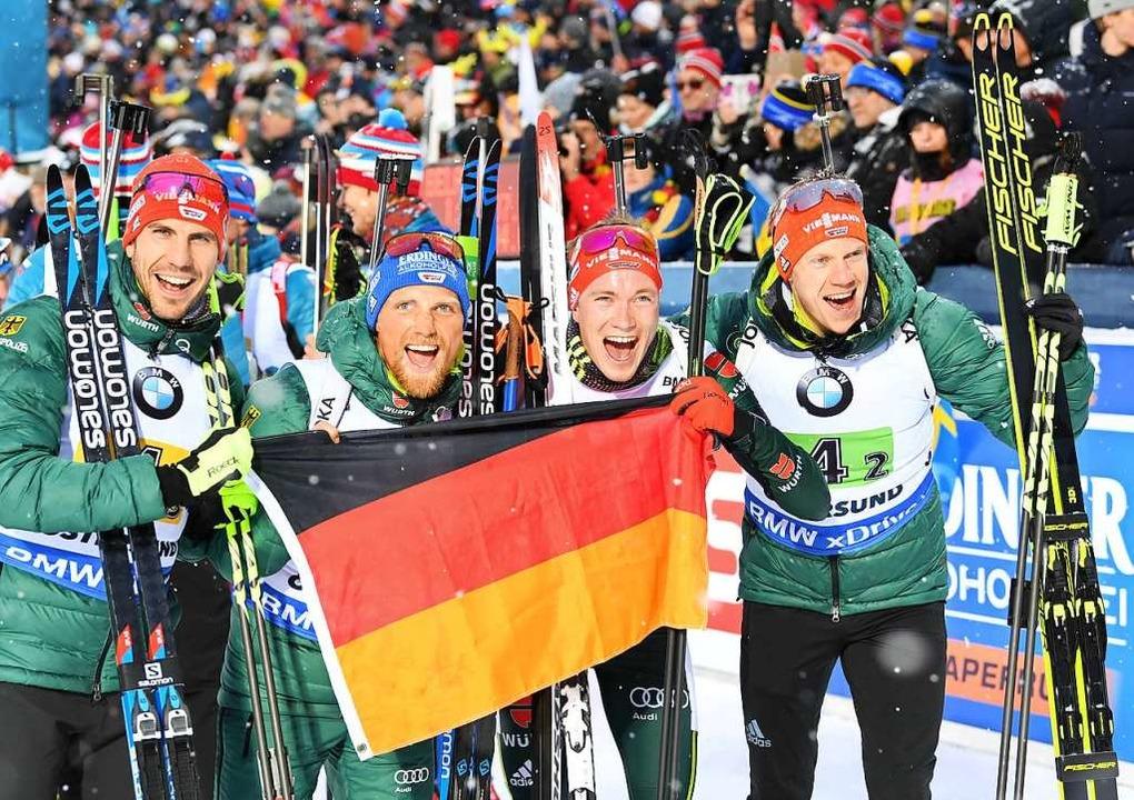 Die deutsche Biathlon-Silber-Staffel m...k Lesser, Benedikt Doll und Roman Rees    Foto: dpa