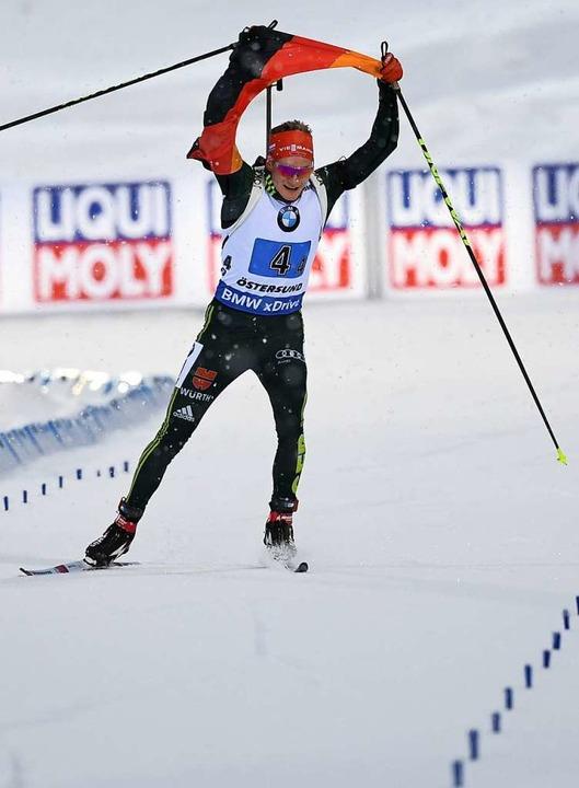 Schlussläufer Benedikt Doll kommt mit der deutschen Fahne ins Ziel.    Foto: dpa