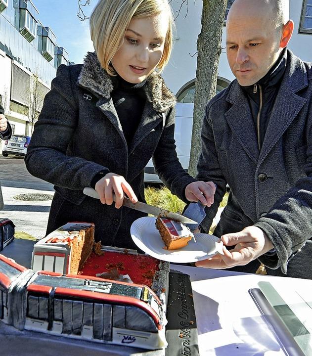 Selma Nabulsi und Stefan Schillinger  ...z besonderen Tram-Kuchen an Passanten.  | Foto: Michael Bamberger