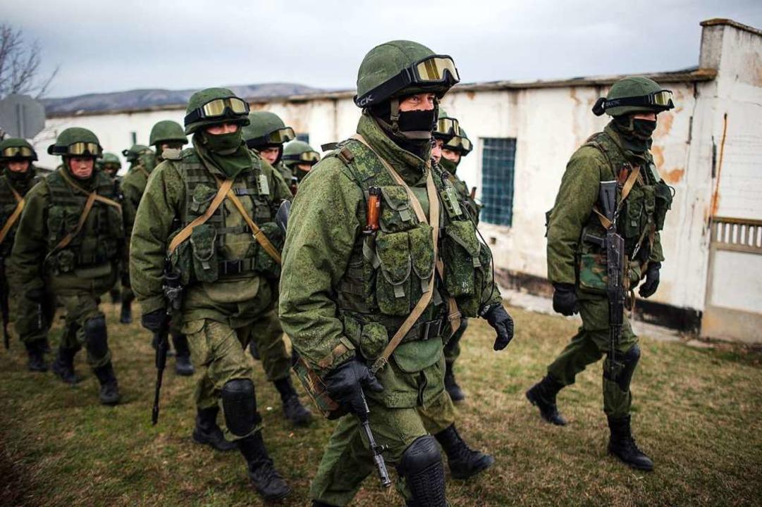 Mutmaßlich russische Truppen ohne Abzeichen 2014 auf der Krim     Foto: dpa