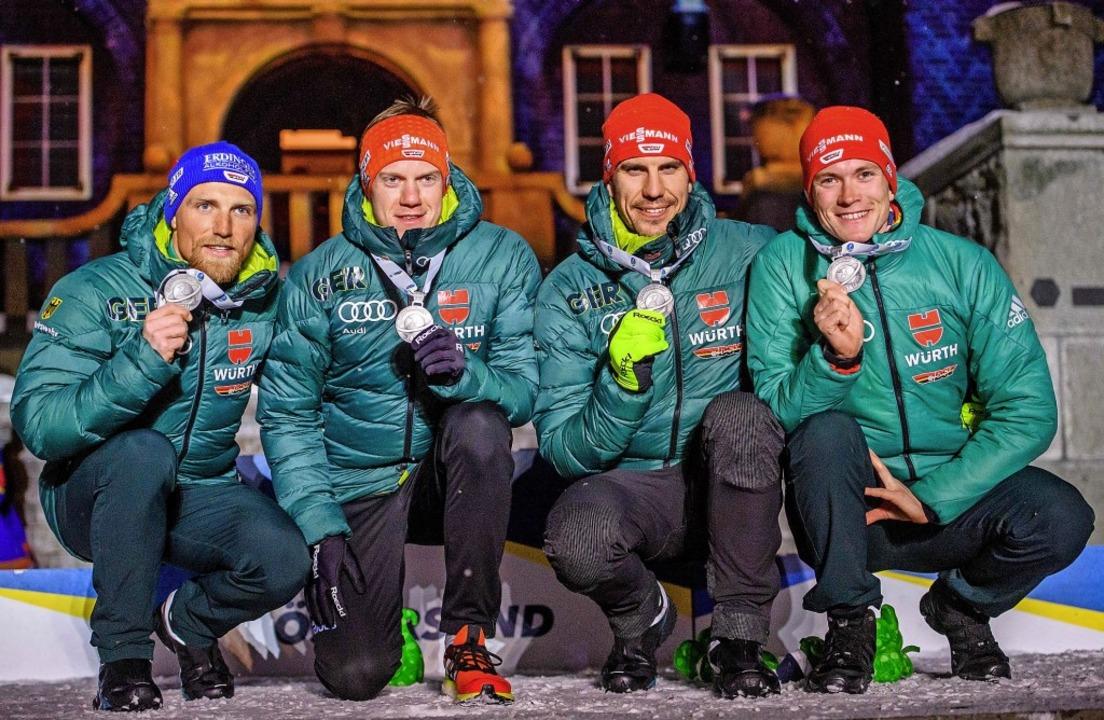 Erik Lesser, Roman Rees, Arnd Peiffer ...n links) präsentieren ihre Medaillen.   | Foto: dpa