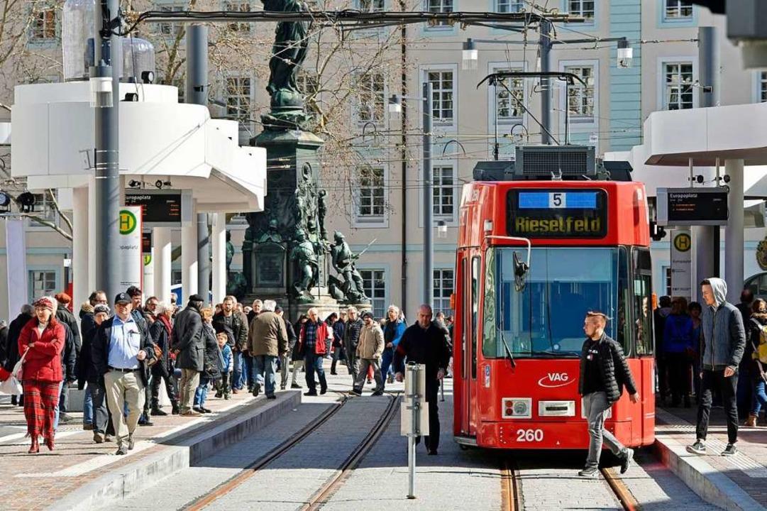 Am Europlatz wird jetzt ein- und ausgestiegen.  | Foto: Michael Bamberger