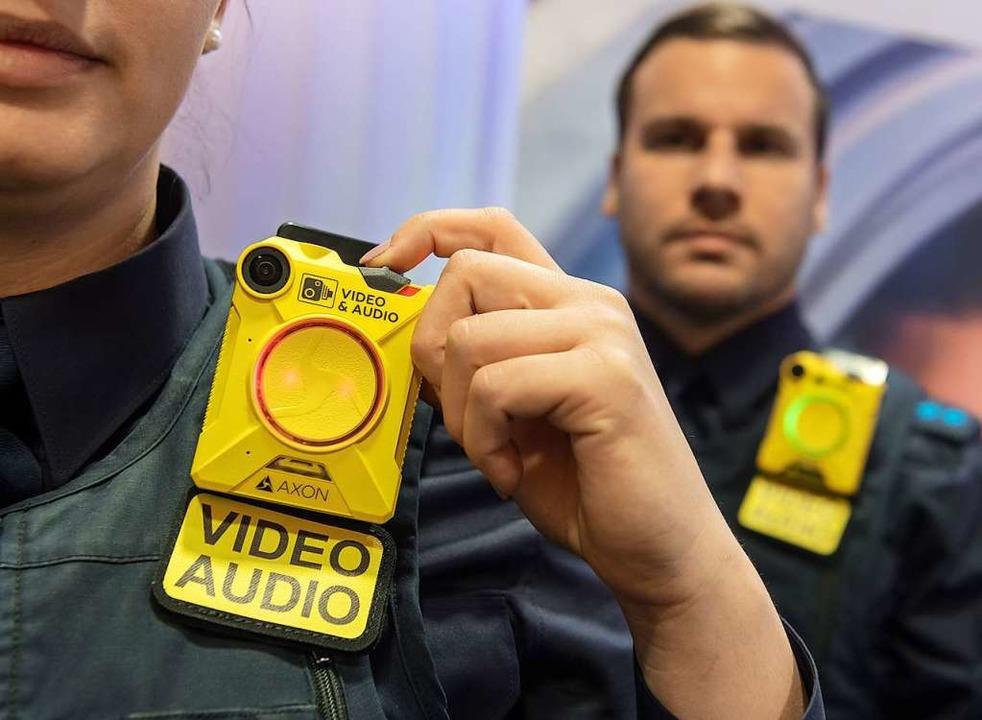 Zwei Polizisten mit Bodycams    Foto: dpa