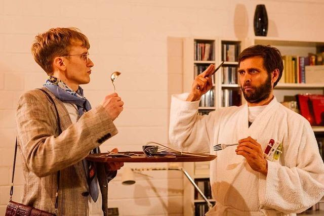 Ein Schauspiel-Ensemble spielt in Freiburger WG-Zimmer
