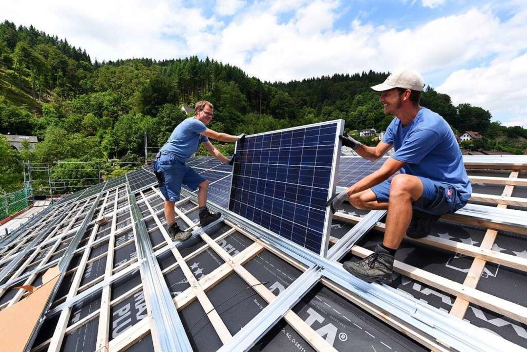 Mit einer eigenen Photovoltaikanlage s...n Geld und tut der Umwelt etwas Gutes.  | Foto: Juri Junkov für Energiedienst