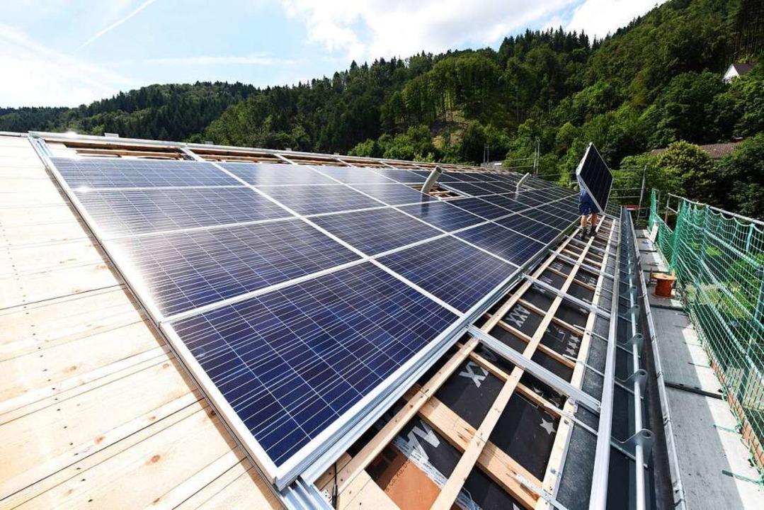 Mit einer eigenen Photovoltaikanlage s...n Geld und tut der Umwelt etwas Gutes.  | Foto: Juri Junkov für Energiedienst AG