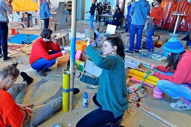 Wie Jugendliche in Freiburg aus Alltagsmaterialien ein Kunstwerk bauen