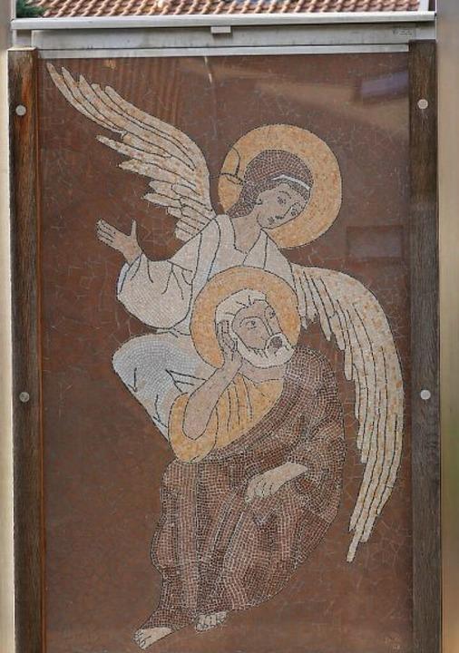 Ein Mosaikbild vor der Josefskirche in...igt, wie Josef ein  Engel   erscheint.  | Foto: Manfred Frietsch