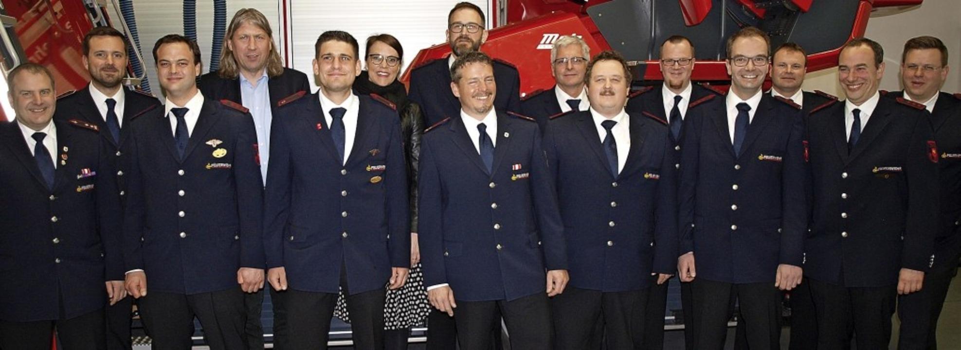 Die Feuerwehrabteilung Lörrach mit Gee...ten und Vertretern der Stadtverwaltung  | Foto: Paul Schleer
