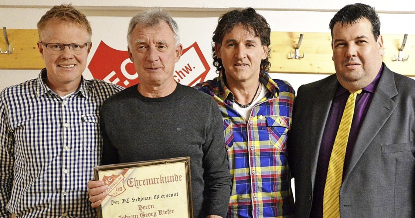 Vereinsvorsitzender Burkhard Steinebru...ratulierten den Geehrten (von links).   | Foto: edgar steinfelder