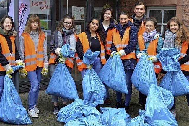 Jugendliche sammeln Müll
