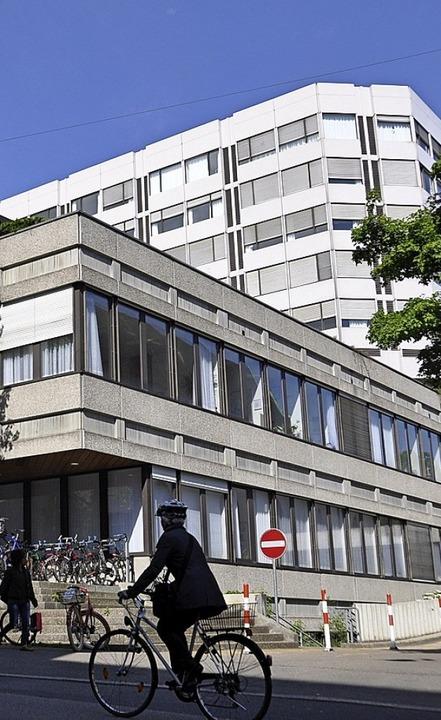 Das Klinikum 2 am Petersgraben aus den 1970er Jahren soll einem Neubau weichen.  | Foto: Gramespacher