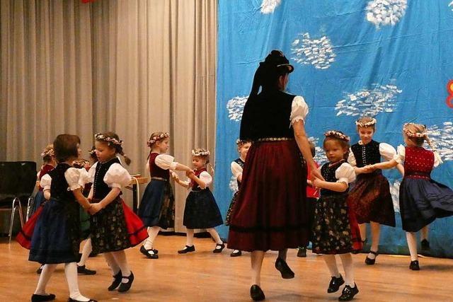 Die Jugendabteilung der Glottertäler Akkordeon-Trachtengruppe zeigt ihr Können