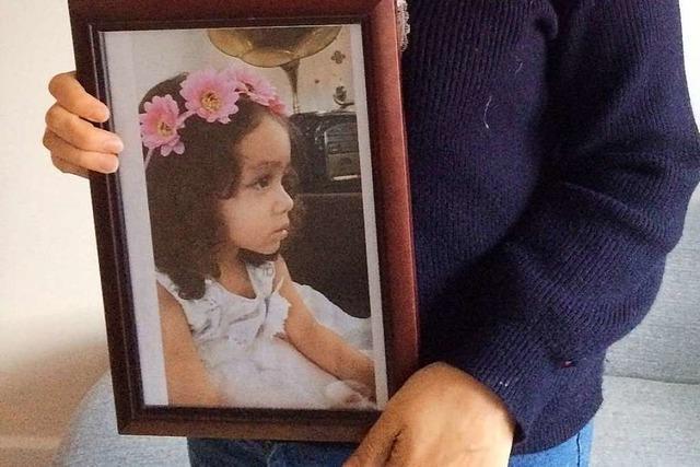 Iranische Flüchtlingsfrau kann ihre Tochter in die Arme schließen