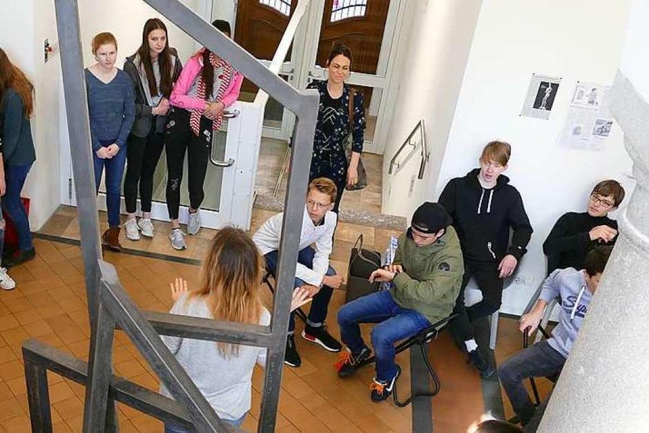 Ankommen im Foyer des Museums: Beate Reutter von den Städtischen Museen begrüßt die Klasse. (Foto: Stephanie Streif)