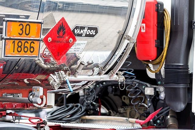 Diebe stehlen 1800 Liter Diesel aus Lastwagen an Tankstellen der A5